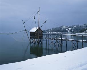 冬の東郷湖と四ツ手網 東郷町の写真素材 [FYI03994909]