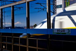 新幹線と富士山の写真素材 [FYI03994941]