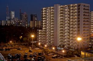 マンションと駐車場とさいたま新都心ビル群夜景の写真素材 [FYI03995023]