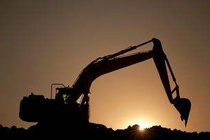 夕暮れの河川工事のパワーショベルの写真素材 [FYI03995034]