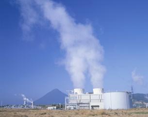 開聞岳と地熱発電所の写真素材 [FYI03995537]