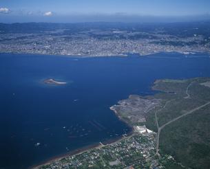 溶岩源と鹿児島市街地の写真素材 [FYI03995607]