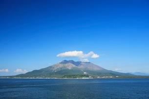 海上の桜島の写真素材 [FYI03995998]