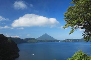 池田湖と開聞岳の写真素材 [FYI03996009]
