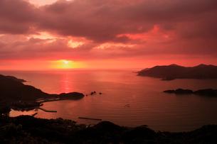 リアス式海岸の夕景の写真素材 [FYI03996016]