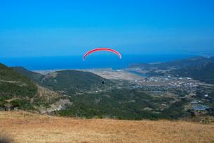 パラグライダーと亀ヶ丘からの眺望の写真素材 [FYI03996071]