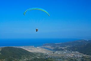 パラグライダーと亀ヶ丘からの眺望の写真素材 [FYI03996073]
