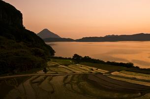 池田湖と新永吉棚田夕景の写真素材 [FYI03996177]