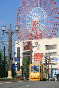 鹿児島市電と観覧車の写真素材 [FYI03996181]