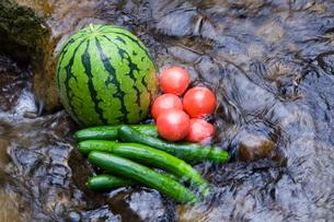 渓流のすいかと夏野菜の写真素材 [FYI03996238]