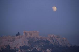 部分月食とアクロポリスの写真素材 [FYI03996399]