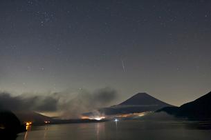 流星とオリオン座の写真素材 [FYI03996425]