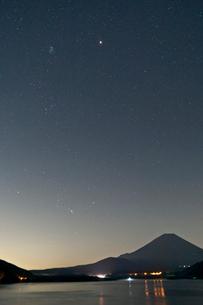 冬の星座と本栖湖の写真素材 [FYI03996427]