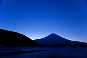 春の夜明けの空の写真素材 [FYI03996431]