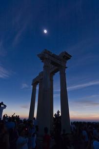 皆既日食とアポロン神殿の写真素材 [FYI03996439]