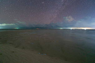 赤道直下の星空と夜光虫の写真素材 [FYI03996473]