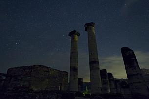 アルテミス神殿に沈むオリオン座の写真素材 [FYI03996513]