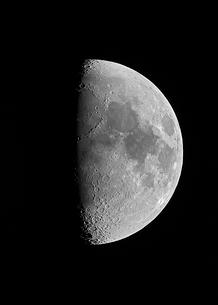 上弦の月の写真素材 [FYI03996649]