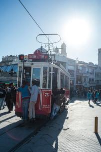 小春日和のタクシム広場のトラムの写真素材 [FYI03996761]