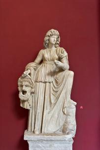 悲劇仮面を持つメルポメネ像の写真素材 [FYI03996912]