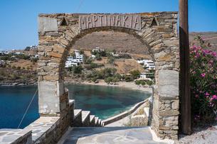 夏の観光シーズン直前のキティノス島2の写真素材 [FYI03996943]