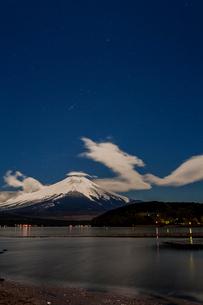 冬の山中湖と富士山、そしてオリオン座の写真素材 [FYI03996961]