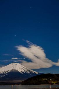 冬の山中湖と富士山、そしてオリオン座2の写真素材 [FYI03996963]