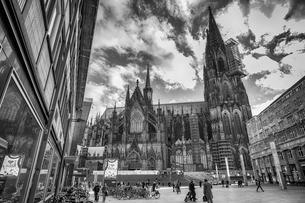 ケルン駅前の大聖堂の写真素材 [FYI03996979]