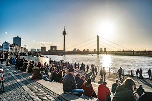 デュッセルドルフタワーとライン川の写真素材 [FYI03996986]