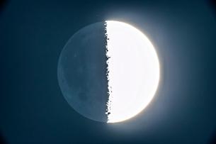 半月の暗部の写真素材 [FYI03996990]