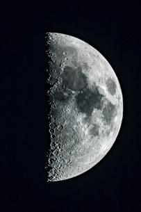 上弦の月の写真素材 [FYI03996991]