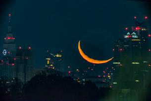 細い月の出現の写真素材 [FYI03997009]