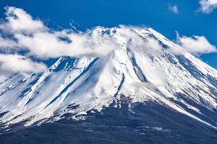 本栖湖から見た富士山の写真素材 [FYI03997053]