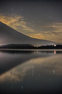 田貫湖から見た富士山とオリオン座の写真素材 [FYI03997070]