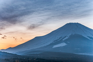 山中湖から見た富士山の写真素材 [FYI03997073]