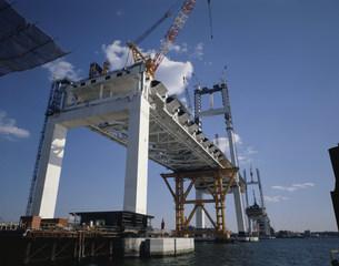 大黒埠頭から見る建設中の横浜ベイブリッジの写真素材 [FYI03999548]