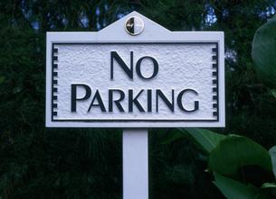 駐車禁止の看板  ハーフ・ムーンの写真素材 [FYI03999726]