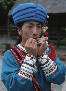 草笛を吹くラフ族の写真素材 [FYI04000268]