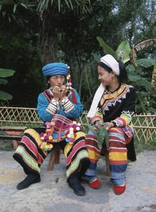 草笛を吹くラフ族の写真素材 [FYI04000271]