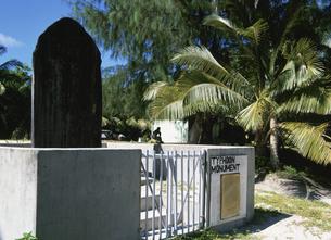 台風記念碑 マジュロ 11月 マーシャル諸島共和国の写真素材 [FYI04000298]