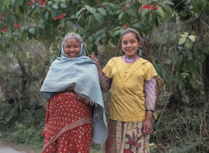 母と娘 ダンシン 2月 ネパールの写真素材 [FYI04000308]