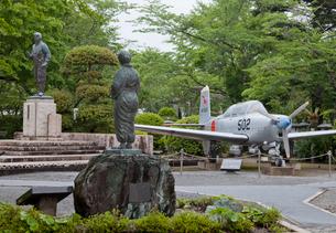 知覧の特攻兵士銅像と見送る母像と練習機の写真素材 [FYI04000374]