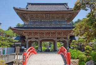総持寺の山門と白字橋の写真素材 [FYI04000392]