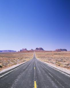 モニュメントバレーへ続く道の写真素材 [FYI04000602]