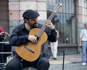 街中のミュージシャンの写真素材 [FYI04000718]