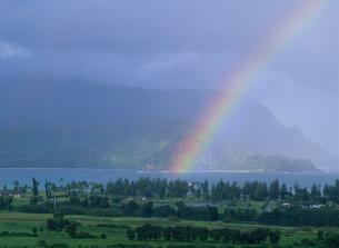 虹とハナレイ湾の写真素材 [FYI04002507]