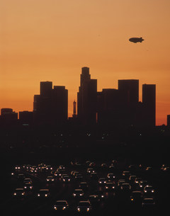 ハイウェイと市街の夜景の写真素材 [FYI04003182]