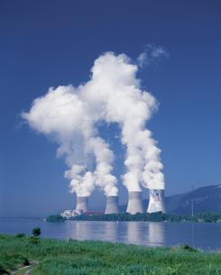 原子力発電所の煙とローヌ川の写真素材 [FYI04006770]