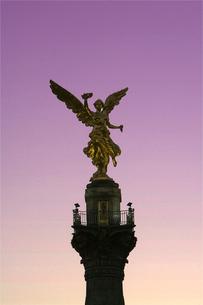 独立記念塔のアップ夕景の写真素材 [FYI04008831]