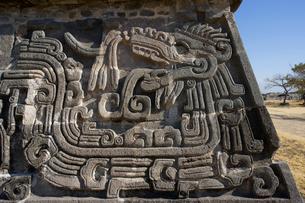 ソチカルコ遺跡の羽毛ある蛇のレリーフの写真素材 [FYI04008942]